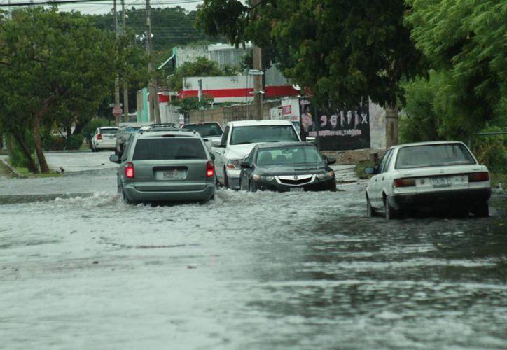 Algunas zonas de Mérida registraron inundaciones por las grandes cantidades de agua que dejó 'Earl'. (Jorge Acosta/ Milenio Novedades)