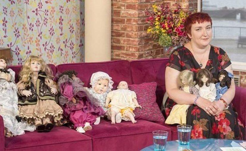 Katrin Reedik con su colección de muñecas embrujadas. (Jorge Moreno/SIPSE)