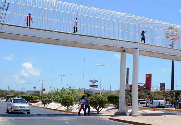 El puente se ubica cerca de la terminal de autobuses. (Victoria González/SIPSE)