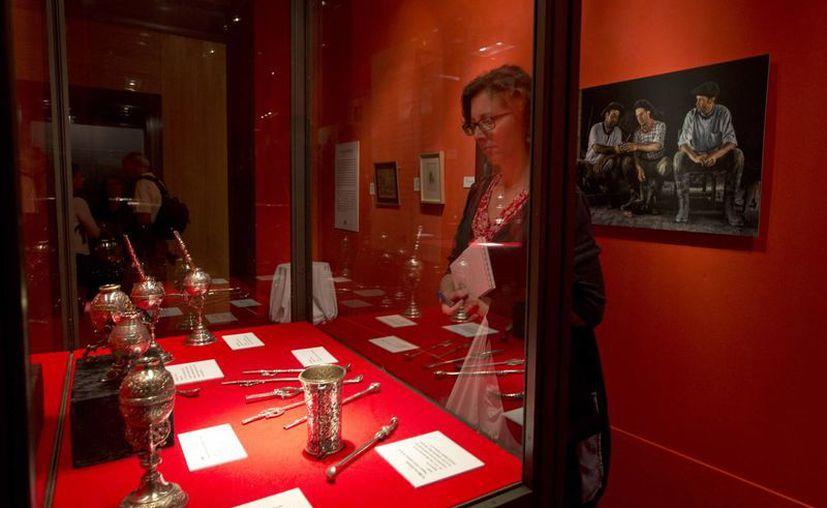 La exposición incluye monturas, ponchos, documentos y otros objetos. (Agencias)