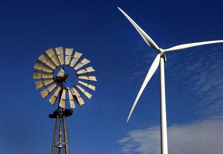 Hay atrasos en la construcción de parques eólicos en Yucatán. En la foto, una veleta (pasado) junto a una estructura eólica, presente y futuro en cuanto a energía. (ambi-ac.com)