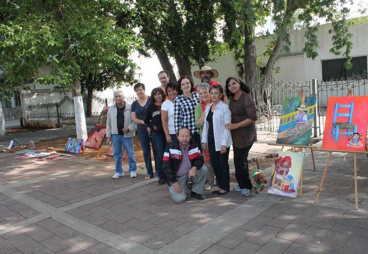 Parte del grupo de artistas visuales que exponen los domingos en el Paseo de Montejo. (SIPSE)