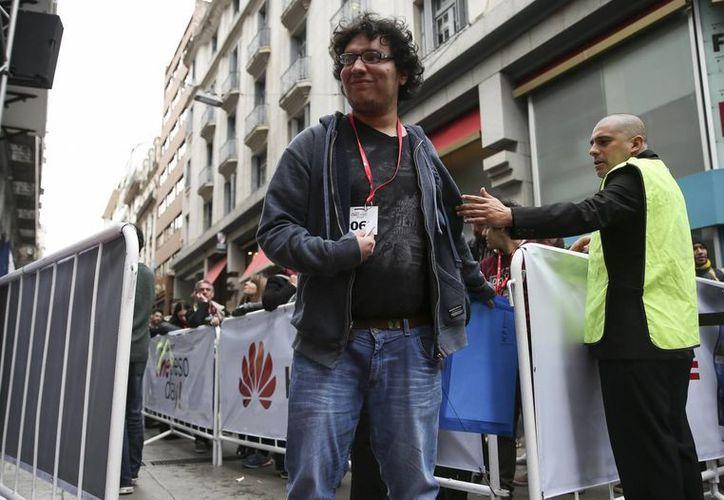 Cientos de personas participan de la oferta de una conocida marca china de teléfonos móviles en Buenos Aires. (EFE)