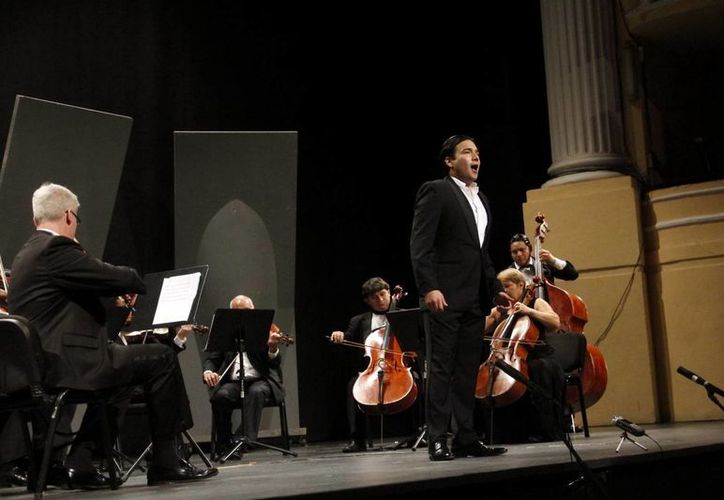 """León de Castillo, quien estuvo acompañado por una Orquesta de Cámara, interpretó el tema """"A Mérida"""". (Milenio Novedades)"""