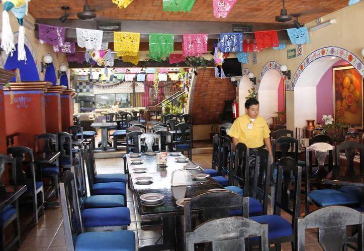 Algunos establecimientos optaron por cerrar antes de la media noche para no exponerse a sanciones. (Jesús Tijerina/SIPSE)