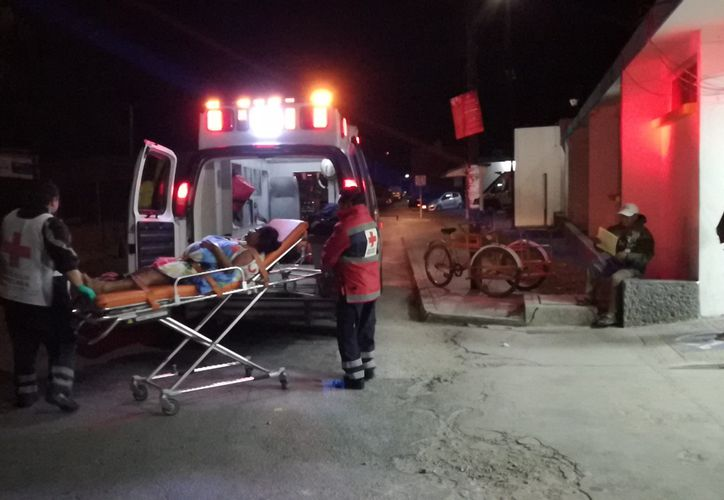 Paramédicos trasladaron a la madre y recién nacida al hospital para su revisión médica. (Foto: Redacción/SiPSE)