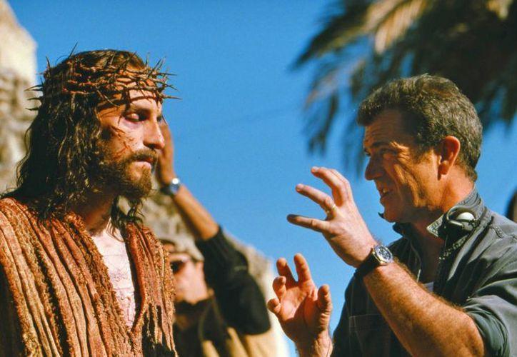 Jim Caviezel (i) en la filmación de 'La pasión de Cristo', dirigida por Mel Gibson en 2004. (AP)