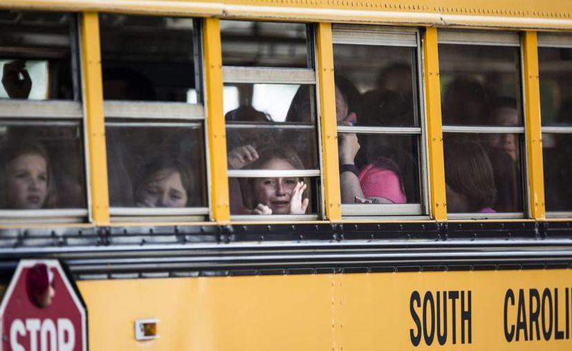 Una alumna de la escuela primaria Townville observa por la ventana de un autobús escolar mientras ella y otros compañeros de clase son transportados a la iglesia bautista Oakdale, luego de un ataque a balazos en la primaria de Townville. (Katie McLean/The Independent-Mail vía AP)