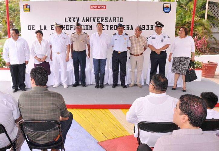 Las autoridades del Ayuntamiento durante la ceremonia cívica. (Cortesía/SIPSE)