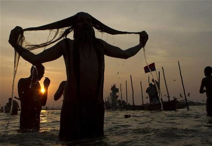 Gente en una ceremonia en el Río Ganges de India. (telegraph.co.uk)
