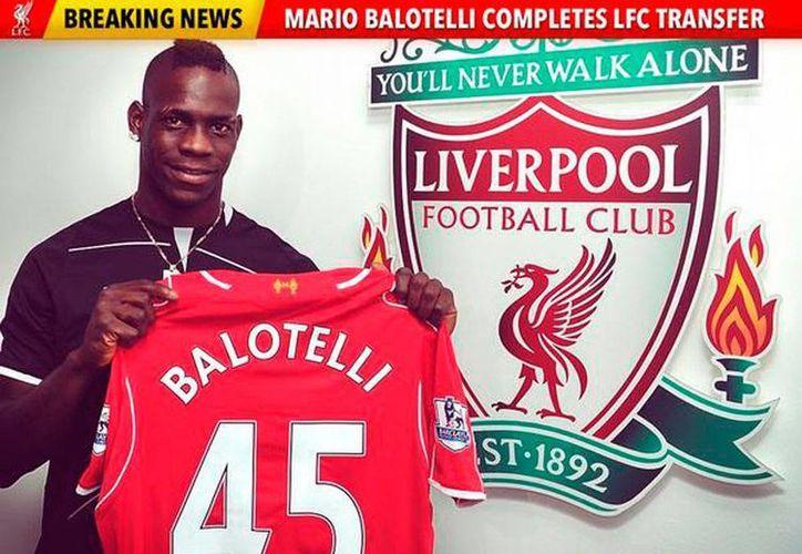 Imagen que el Club Liverpool publicó en su cuenta de Twitter para virtualmente presentar a su más reciente adquisición: el delantero Mario Balotelli. (Twitter: @LFC)