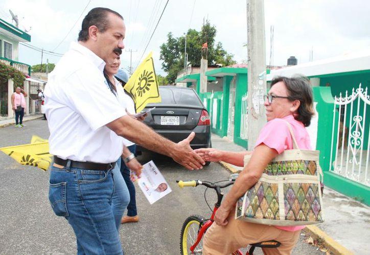 Julián Ricalde, realiza una intensa promoción del voto casa por casa. (Redacción)