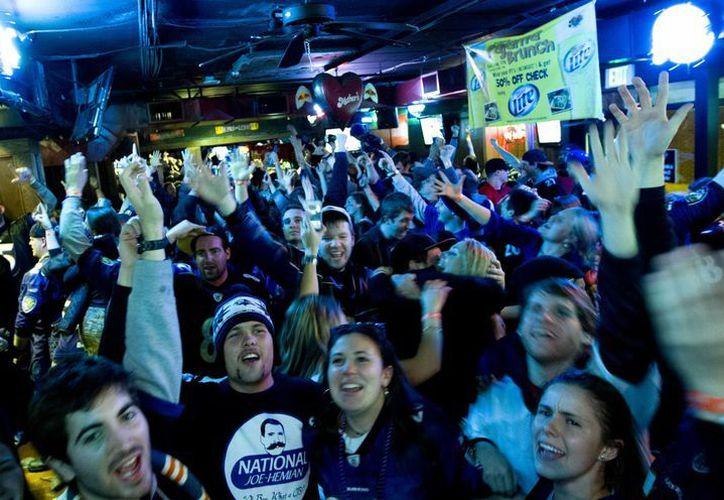 Seguidores de los Ravens de Baltimore celebran la victoria de su equipo. (AP)