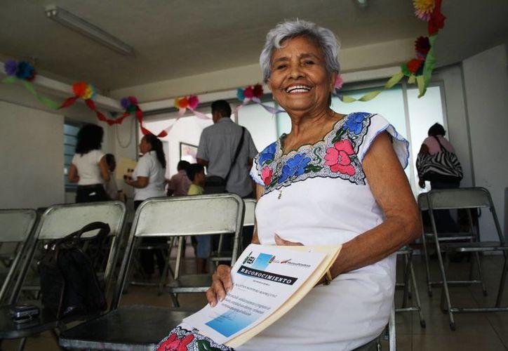 Agustina Montero Rodríguez recibió ayer el certificado que acredita que sabe leer y escribir. (Octavio Martínez/SIPSE)