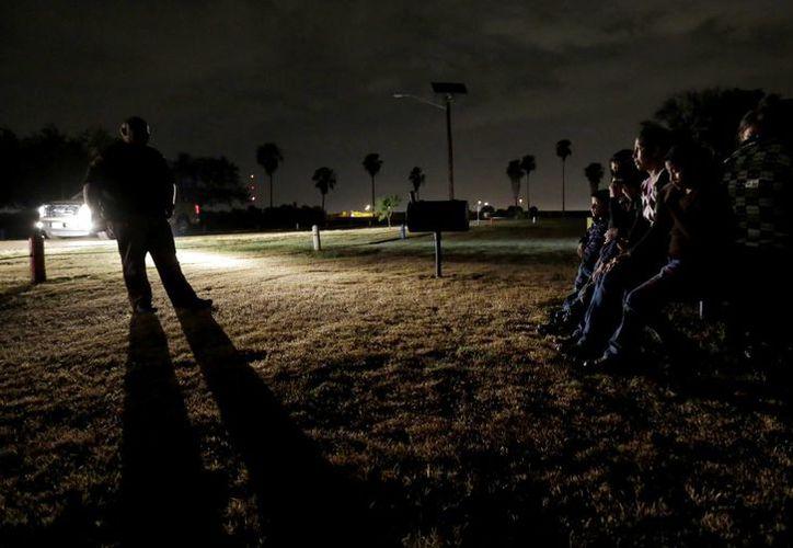 Los migrantes que no suponen amenaza para la seguridad pública son inscritos en el programa de vigilancia con tecnología GPS. (AP)