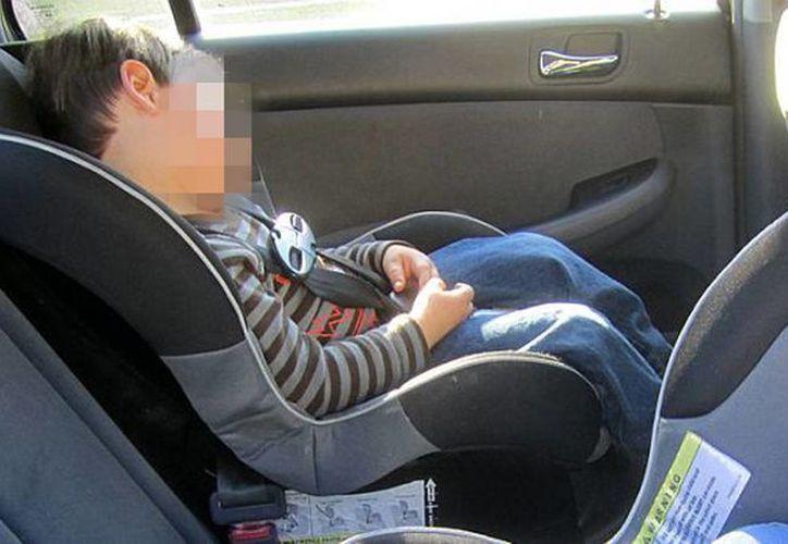 Una mujer abandonó a su hermano de 2 años dentro de un auto por 5 horas, el menor falleció en un hospital. Imagen de contexto de un niño durmiendo en una silla para auto. (noticiasen3minutos.com)