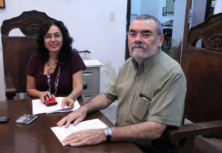 María Elena Torres, coordinadora del evento, y  Ginés Laucirica, director de la Facultad de Arquitectura de la Uady. (José Acosta/SIPSE)