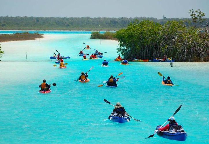 Paseos en velero, en lancha y kayacs son algunas opciones que ofrece Bacalar al turismo de aventura. (Contexto/Internet)