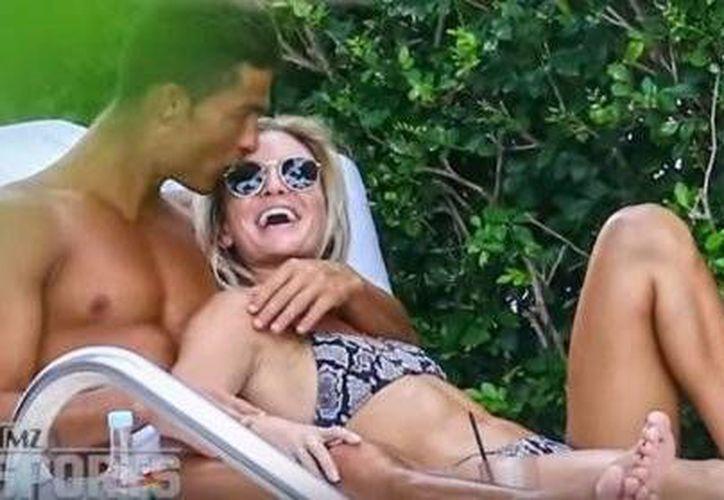 Aunque sólo se trate de una aventura de verano, el futbolista Cristiano Ronaldo y la modelo fitness Cassandre Davis se dejaron ver muy cariñosos. (Foto tomada de excelsior.com.mx)