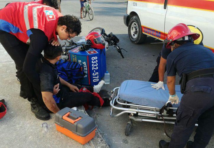 Datos preliminares señalan que tanto el motociclista como el taxi, circulaban a exceso de velocidad, sobre la calle Subteniente López. (SIPSE)
