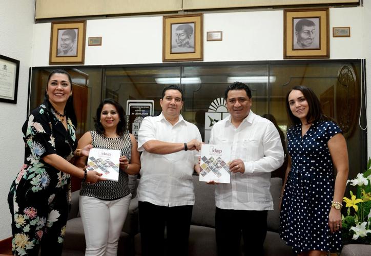 Comisionados y el titular del Idaipqroo entregaron el informe a los diputados Mayuli Martínez Simón y Eduardo Martínez Arcila. (Foto: Internet)