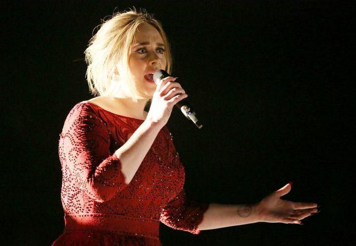 La cantante británica Adele interpretó All I Ask del álbum 25 en la 58 entrega anual del Grammy Americano. (AP)
