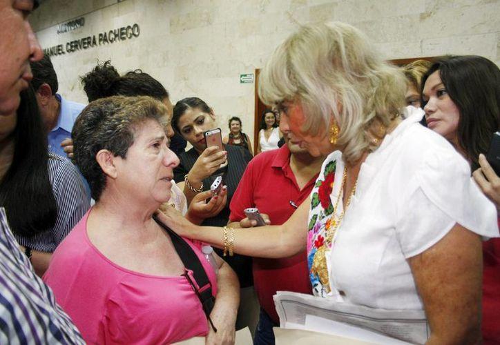 La ministra Olga Sánchez Cordero, de la Suprema Corte de Justicia, habla con la señora Ligia Canto, a quien le dijo que sigue muy de cerca su caso. (Christian Ayala/SIPSE)