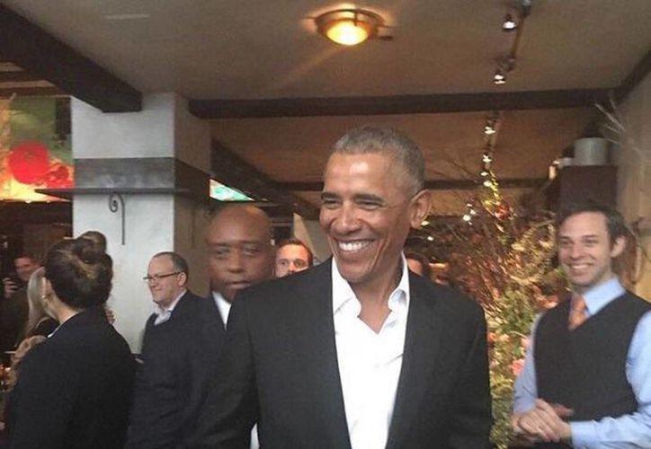 Obama reapareció sonriente en Nueva York, donde una multitud lo ovacionó. (twitter.com/Purify_toast17)