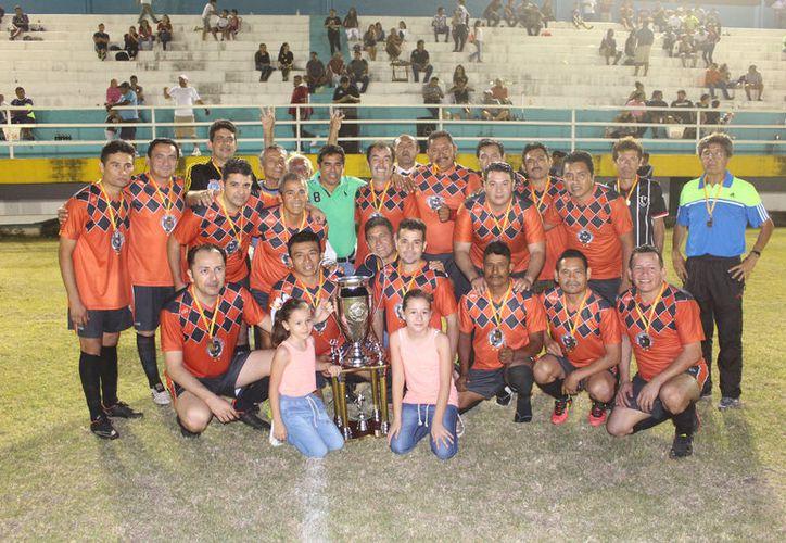José Riveroll Jiménez, presidente de la Liga y Carlos Palma Tamay, director municipal de Deportes, hicieron entrega de las medallas y trofeos. (Miguel Maldonado/SIPSE)