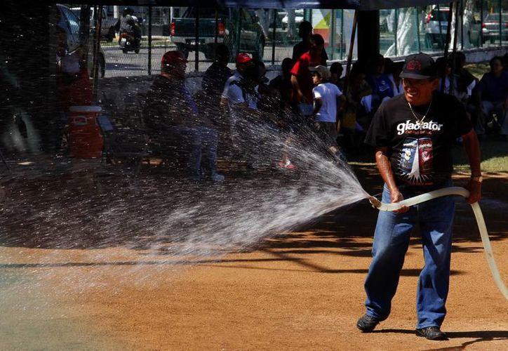 El fuerte calor y la ausencia de lluvia han propiciado que los campos deportivos se conviertan en polvaredas. (Carlos Albornoz/SIPSE)