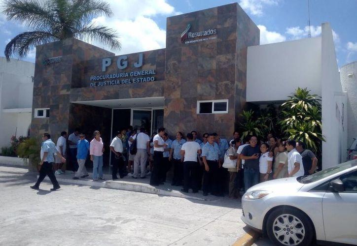 Los trabajadores presentaron su queja ante las autoridades. (Eric Galindo/SIPSE)