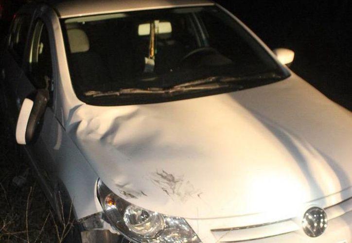 Tras atropellar a un ciclista el conductor del vehículo en la imagen lo abandonó dentro de una  brecha. (Milenio Novedades)
