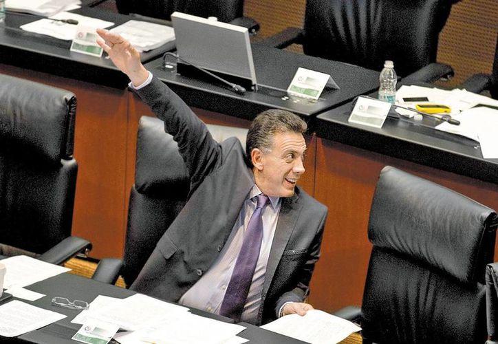 El presidente de la Comisión de Seguridad del Senado, el priista Omar Fayad, pidió a la PGR que investigue el apoyo del gobierno del Guerrero a la autodefensa. (Octavio Hoyos/Milenio)