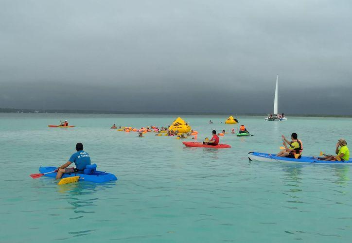 A la par de ejercitarse, los nadadores disfrutaron de las bellezas naturales del décimo municipio de Bacalar. (Miguel Maldonado/SIPSE)