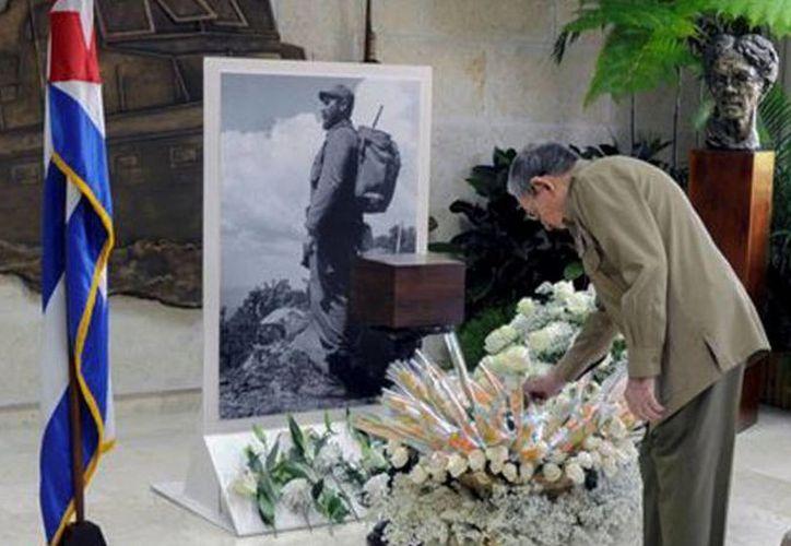 Las cenizas de Fidel Castro reposan en una urna de madera café en la sala Granma del Ministerio de las Fuerzas Armadas. (AFP/video: Reuters-Quality)