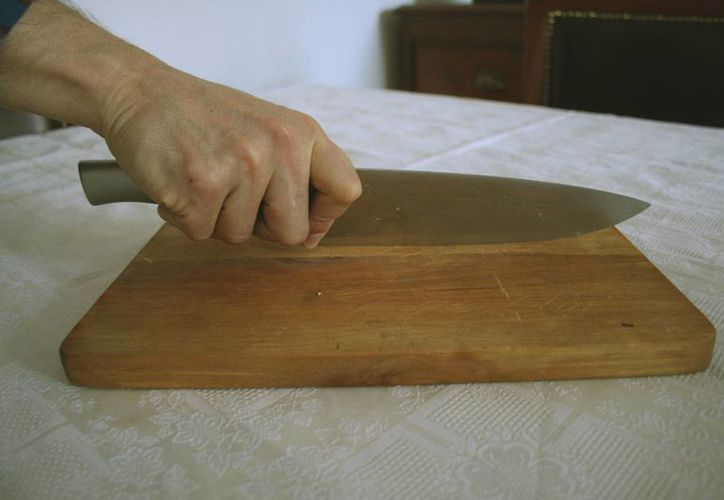 La mujer declaró que tras dispararle a su pareja tomó un cuchillo para cortarle los brazos y las piernas. (Foto de contexto/wikipedia.org)
