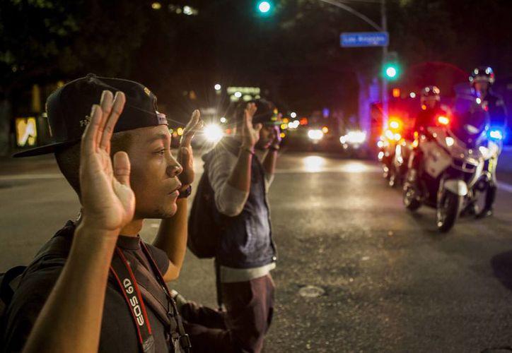 La decisión del jurado de no presentar cargos contra el agente que mató a Michael Brown en Ferguson ha provocado protestas en el EU. (Agencias)