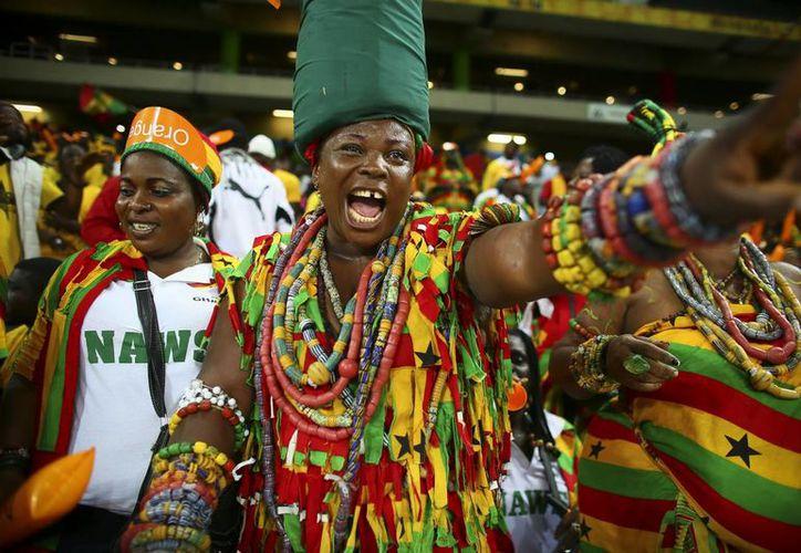 Aficionados de Ghana durante en una edición de la Copa de África, continente que hoy vive en la zozobra debido a que miles de personas han muerto por el virus del ébola en varios países. (EFE/Archivo)