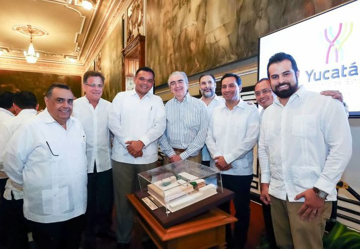 El gobernador Rolando Zapata junto con funcionarios durante la presentación del proyecto del Palacio de la Música. (SIPSE)