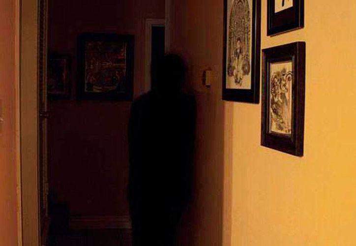 Una sombra como la que puede apreciarse en la foto fue la que vio el inquilino un departamento de Altabrisa. (Jorge Moreno/SIPSE)