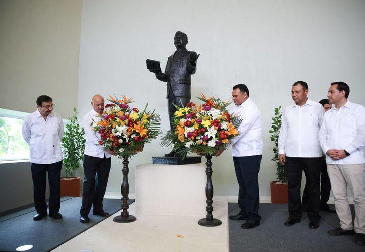 El gobernador Rolando Zapata (c) y el alcalde Mauricio Vila (d) participó en la celebración por el 94 aniversario de fundación de la Uady. (Foto cortesía del Gobierno de Yucatán)