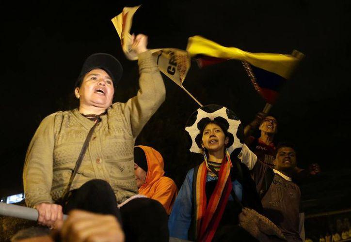 Miles de ecuatorianos se manifestaron hoy en Quito para expresar su rechazo a las enmiendas constitucionales que propone el presidente Rafael Correa. (AP)
