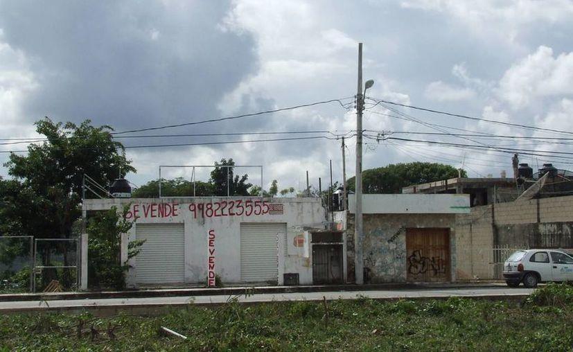 Varios locales comerciales han cerrado por debido a la crisis económica. (Rossy López/SIPSE)