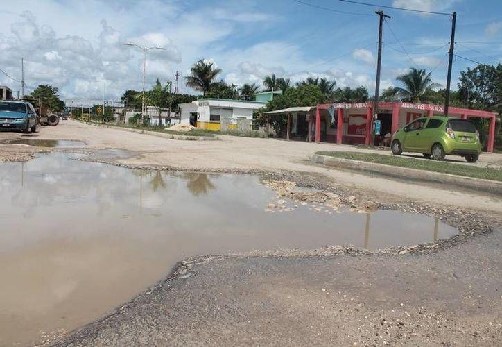 Diversos sectores en conjunto con la alcaldía municipal han realizado trabajos de relleno de baches con materiales pétreos. (Edgardo Rodríguez/SIPSE)