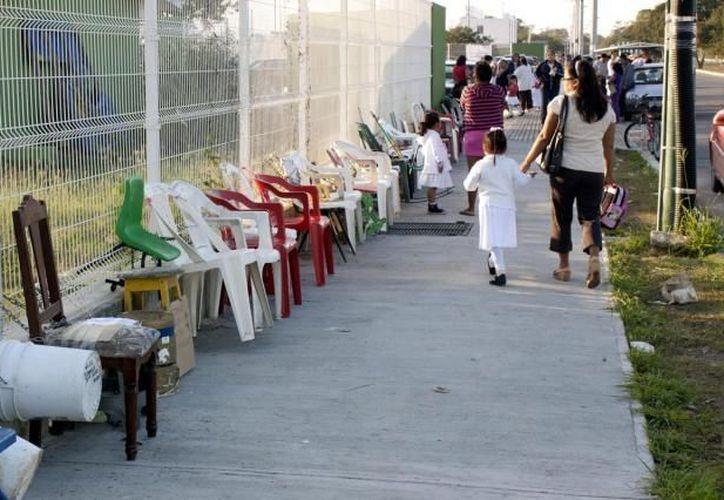 Algunas personas trajeron sillas y dijeron que montarían guardia hasta que les toque el turno. (SIPSE)
