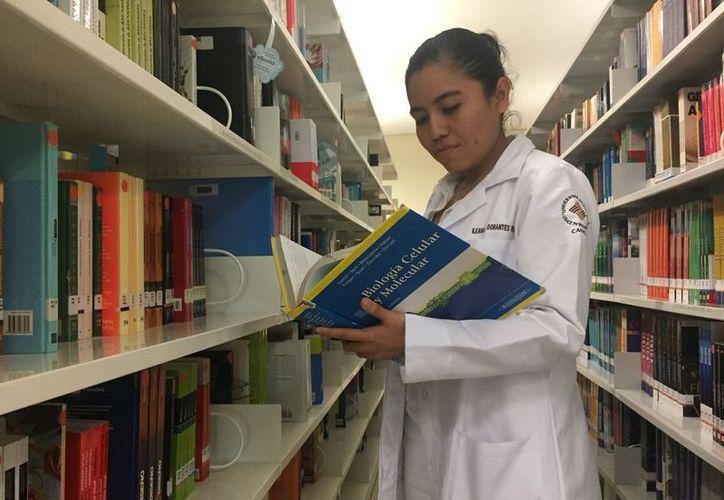 Los estudiantes de medicina son los visitantes más frecuentes en las bibliotecas de las Universidades. (Foto: Eva Murillo/SIPSE)