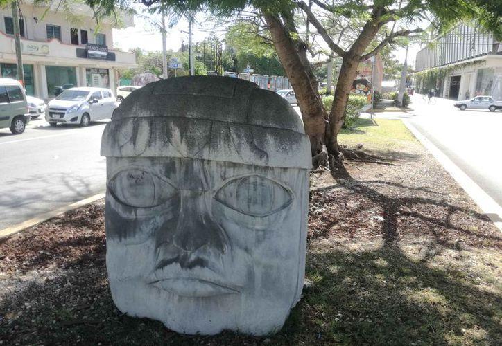 La cabeza de piedra fue encontrada sobre el camellón de la avenida Constituyentes. (Daniel Pacheco/SIPSE)