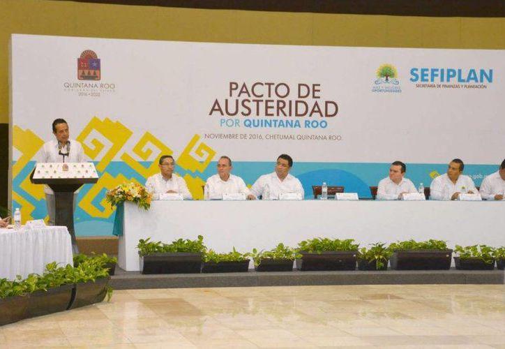 El gobierno del Estado y los 11 municipios firmaron ayer el Pacto de Austeridad de Quintana Roo. (Cortesía)