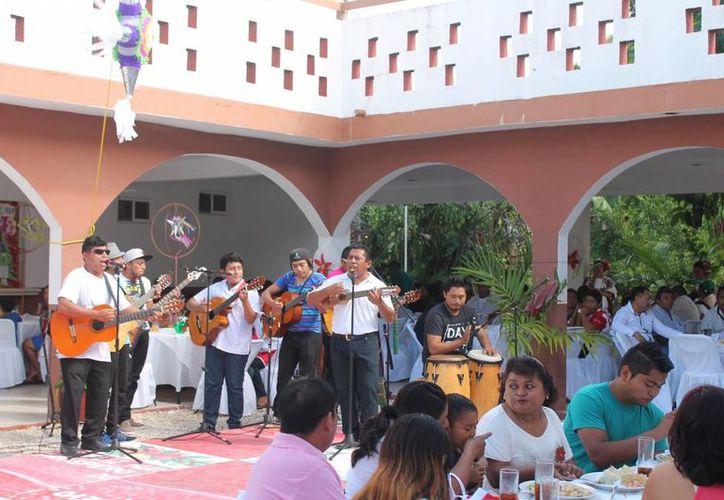 "El grupo de música ""Ayri"" amenizó la fiesta. (Raúl Balam/SIPSE)"