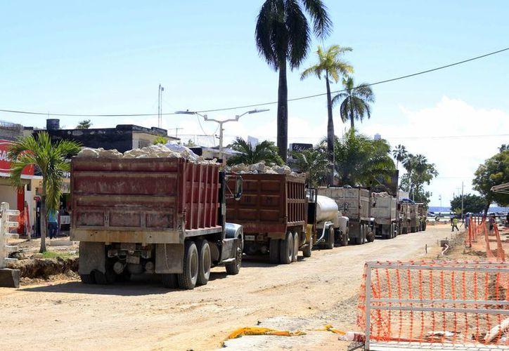 Transportadores de materiales de construcción están a la expectativa de que se generen mayores obras de infraestructura en Othón P. Blanco para empezar el año con buenos dividendos. (Harold Alcocer/SIPSE)